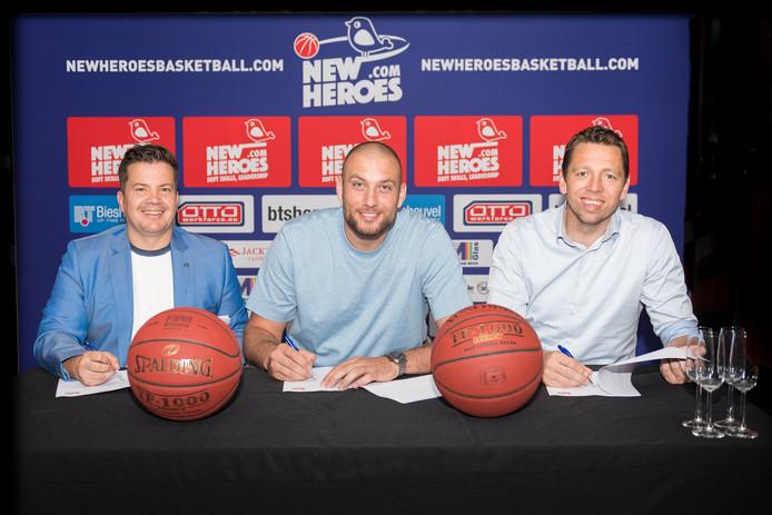 Lachende gezichten bij New Heroes, waar de eigenaren Bob van Oosterhout (links) en Jos Frederiks (rechts) de nieuwe aanwinst Nick Oudendag flankeren.