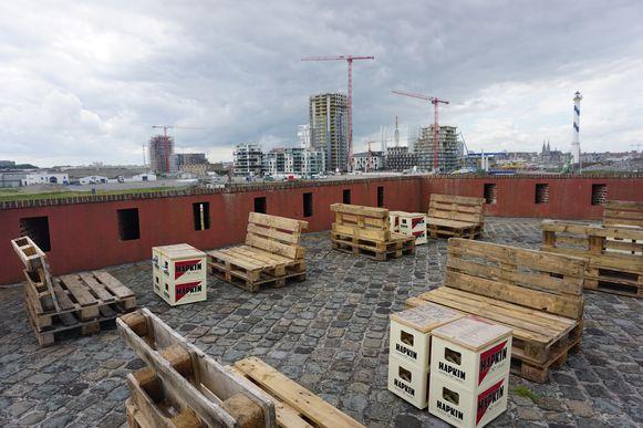 Het horecagedeelte van Fort Napoleon in Oostende krijgt een compleet nieuwe look. Het terras op het dak van het fort wordt netjes aangekleed.
