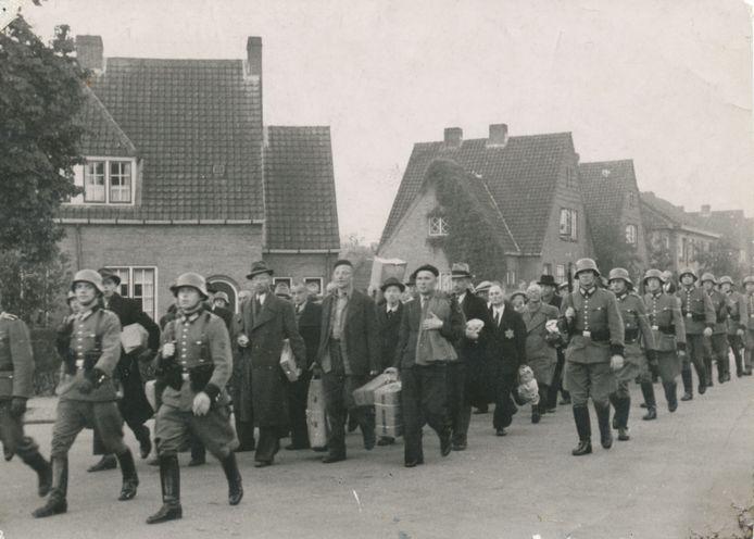 AMERSFOORT, 11 OKTOBER 1944 In de periode 1941 tot 1945 hebben ongeveer 37.000 veelal politieke gevangenen voor korte of langere tijd vastgezeten in het doorgangs- en strafkamp Amersfoort. Het kamp was in eerste instantie bestemd als doorgangskamp waar vooral politieke gevangenen tijdelijk ondergebracht werden, in afwachting van transport naar concentratiekampen in Duitsland. Op 11 oktober begeleidt de Duitse politie ruim 1400 gevangenen uit het kamp door de straten van de stad naar het station, waar zij op transport worden gezet naar Neuengamme. Onder deze gevangenen zijn ook 601 Puttenaren die tijdens de razzia van begin oktober zijn opgepakt. Deze razzia was een wraakactie van de Duitsers voor een aanslag door het verzet. In Duitsland moeten de gevangenen militaire versterkingen aanleggen of in fabrieken werken. Veel Puttenaren bezwijken onder de erbarmelijke omstandigheden waarin ze moeten werken. Van de 601 Puttenaren zullen maar 48 mannen terugkeren.