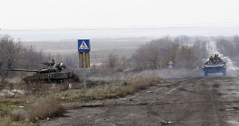 Oekraïense tanks in de velden bij Debaltseve. Beeld AP