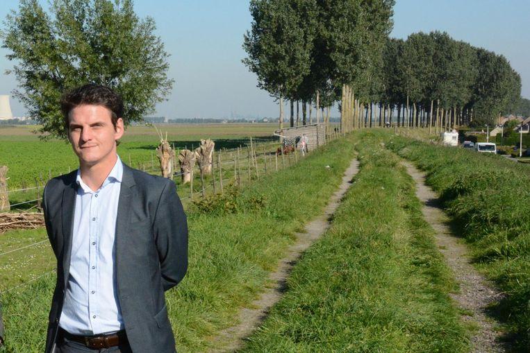 Schepen Filip Kegels op de Pillendijk waar een wandel- en fietspad komt.