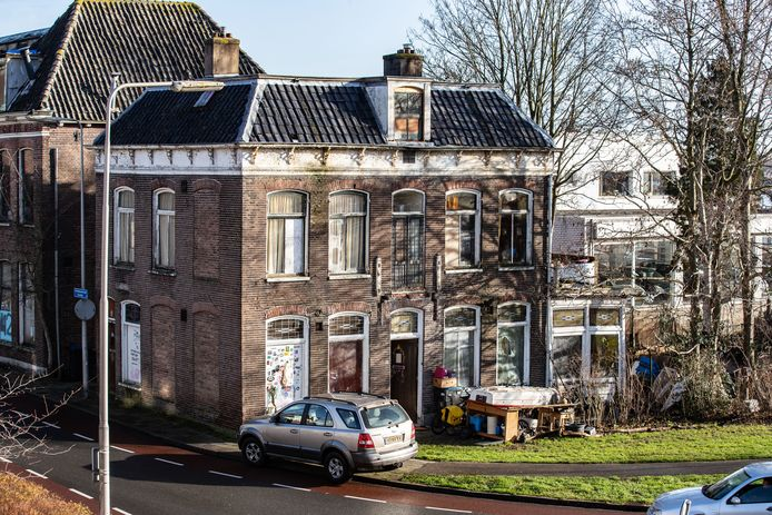 De vervallen Stadsvilla aan de Bovenhavenstraat gaat tegen de vlakte, maar wanneer is nog onduidelijk.