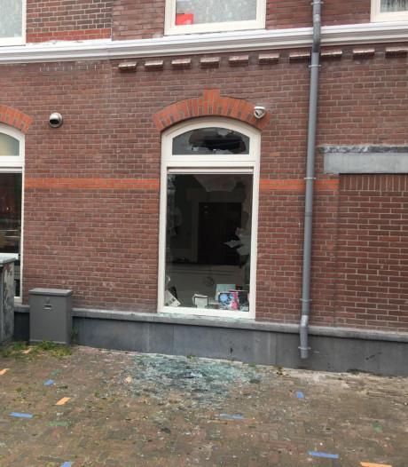 Meerdere ramen van Haagse ijssalon bij Paul Krugerlaan gesprongen na harde knal