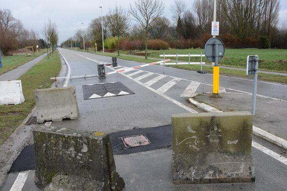 De slagboom op de Engelsesteenweg werd gisteren weggehaald en vervangen door inzinkbare palen.