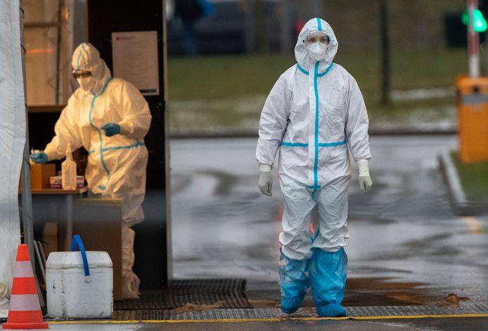 Hulpverleners staan klaar om coronatests af te nemen bij een mobiele teststraat in Vilnius, Litouwen. De Baltische staat is het hardst getroffen in Europa.