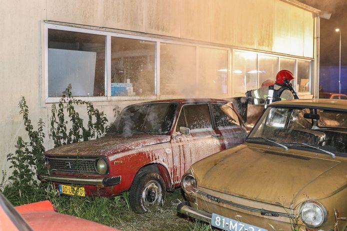 De brandweer blust de klassieke Volvo in Bant.