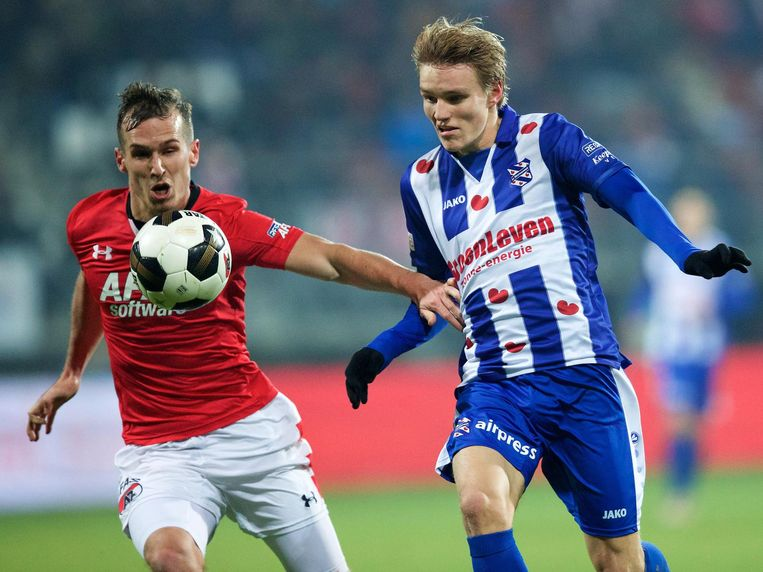 Stijn Wuytens (l) in duel met Martin Odegaard