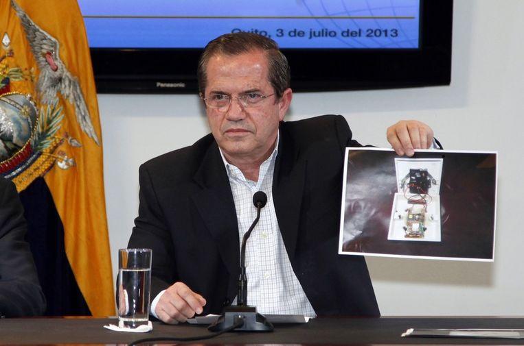 Ricardo Patino met een afbeelding van de microfoon. Beeld reuters