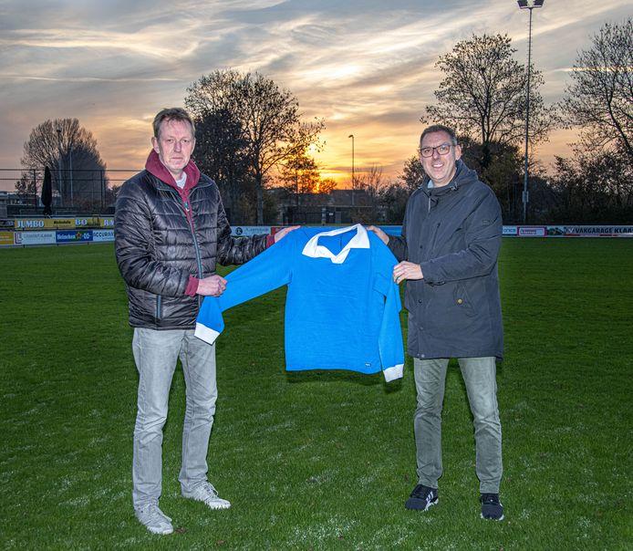 Wilco Jansen en Herman Nijman ontwierpen een speciaal retroshirt voor voetbalvereniging WVF. Via COPA, dat na samenwerking met Barcelona en Juventus nu in Westenholte neerstrijkt.