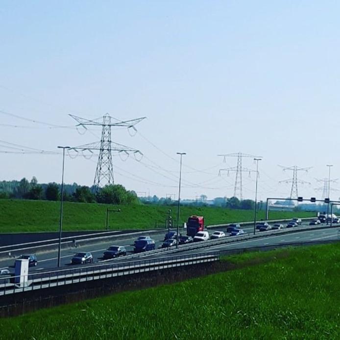 Het verkeer rijdt langzaam over de snelweg A58 vanwege drukte in het paasweekend.