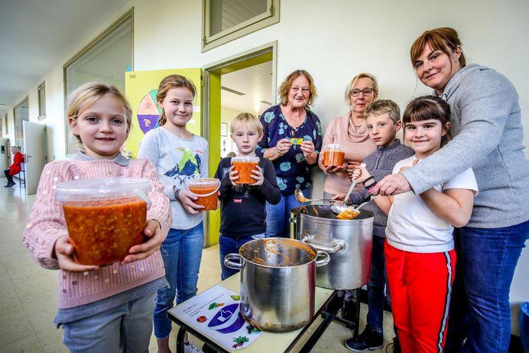 Leerlingen en juffen van basisschool Doornstraat maken spaghetti voor het goede doel.
