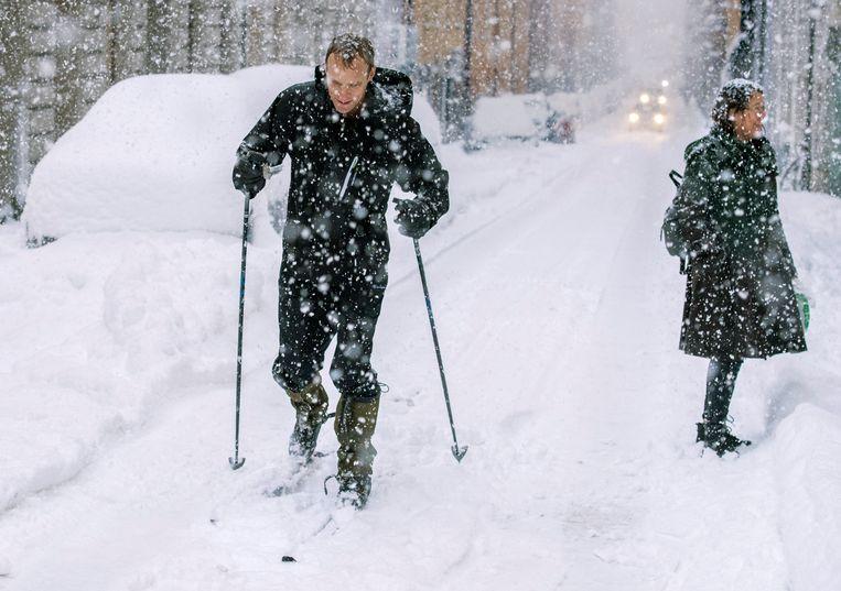 Een man skiet door de straten van Stockholm. Soms blijft de sneeuw in Zweden liggen tot in april.  Beeld Foto AP
