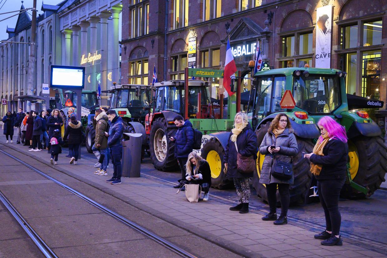 Boeren van Agractie hebben hun tractor voor De Balie op het Leidseplein geparkeerd, waar ze de Issue Award in ontvangst nemen.