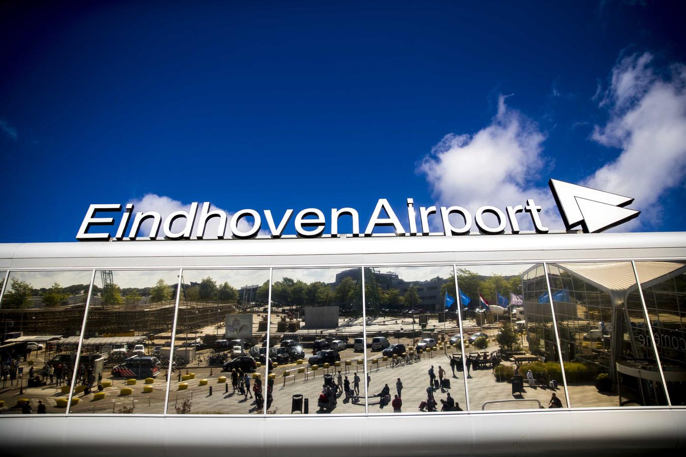 De vertrekhal van Eindhoven Airport. In de eerste zes maanden van het jaar maakten 2,9 miljoen reizigers gebruik van de luchthaven.