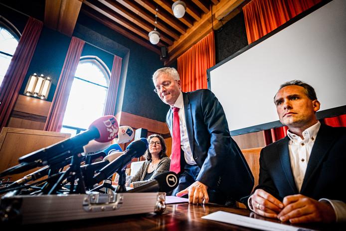 GGD-arts Ariene Rietveld, burgemeester van Tilburg Theo Weterings en arts-microbioloog Jean-Luc Murk tijdens de persconferentie in het stadhuis van Tilburg over de met het coronavirus besmette man uit Loon op Zand.