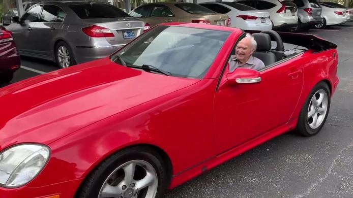 Deze 107 jaar jonge man rijdt nog steeds in zijn Mercedes SLK.