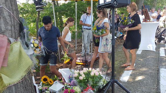 Familie, vrienden en familieleden van andere verongelukte kinderen gingen ook nog bloemen neerleggen.