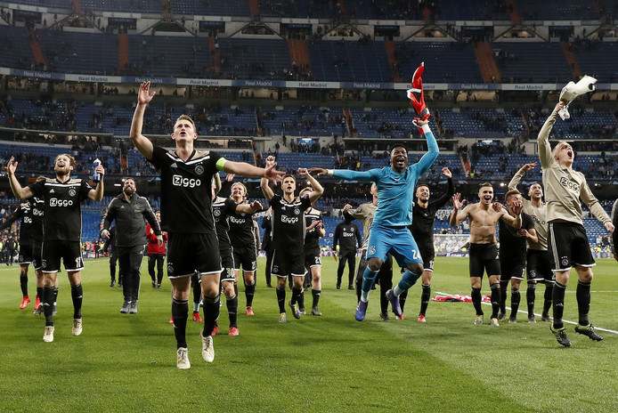 De Ajax-spelers vieren feest.