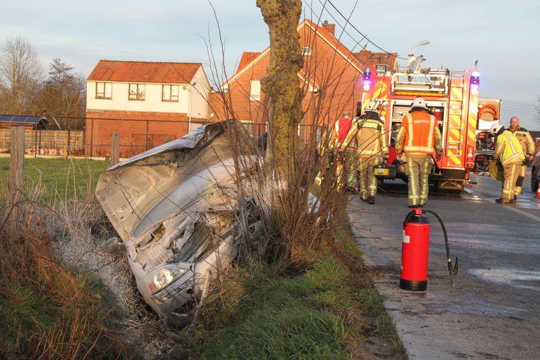De auto knalde in de gracht tegen een boom.