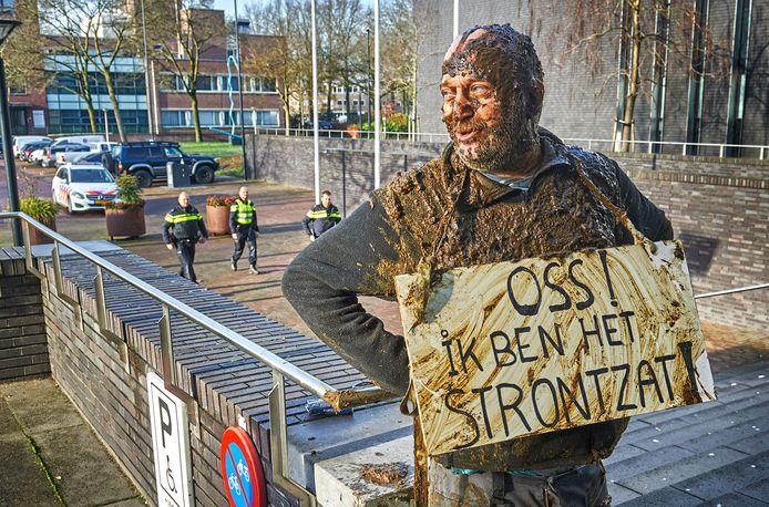 De gemeente Oss is de acties van Arie den Dekker 'strontzat' en schrijft hem uit als inwoner.
