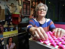 Jenny (75) waakt over de munten bij Kisteman in Staphorst