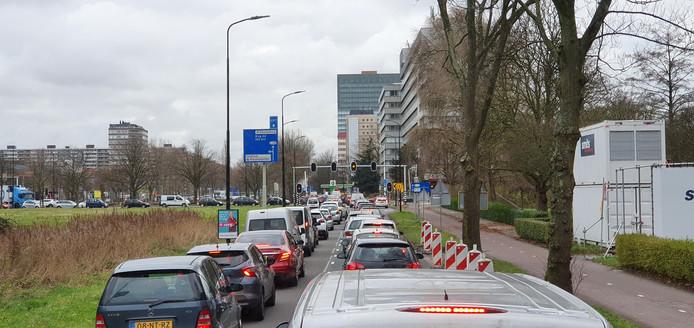 Het verkeer rondom winkelcentrum In De Bogaard staat muurvast