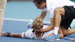 Wrede beelden: tennisser zijgt neer en wordt in tranen van court gedragen na extreme krampen