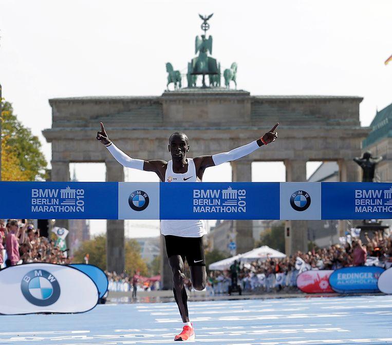 Eliud Kipchoge wint op 16 september 2018 de marathon van Berlijn in een recordtijd van 2:01.39. Beeld AP