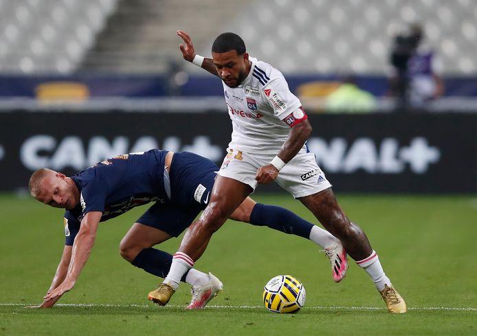 Memphis Depay in duel met Mitchel Bakker van Paris Saint-Germain