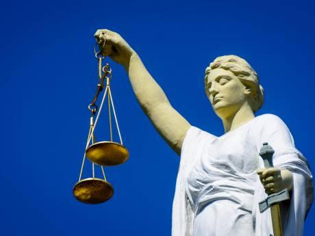 Huissenaar (60) krijgt 50 uur werkstraf nadat hij hard in borsten vrouw knijpt in café