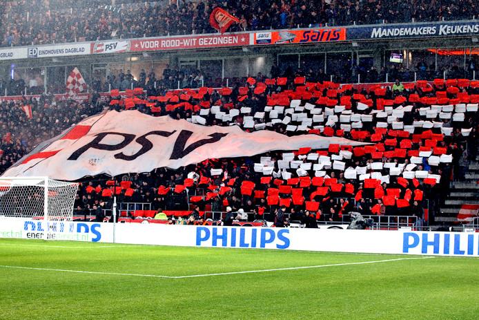 PSV-fans peppen hun team op voor het duel met Vitesse.