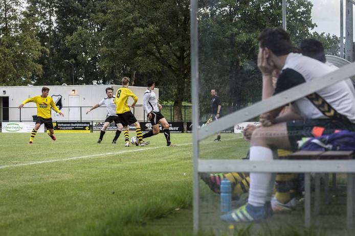 Afgelopen zomer speelden Veerse Boys (geelzwart) en Good Luck tegen elkaar tijdens een bekerwedstrijd. Beide clubs uit Raamsdonksveer zitten al een tijd in een fusietraject.