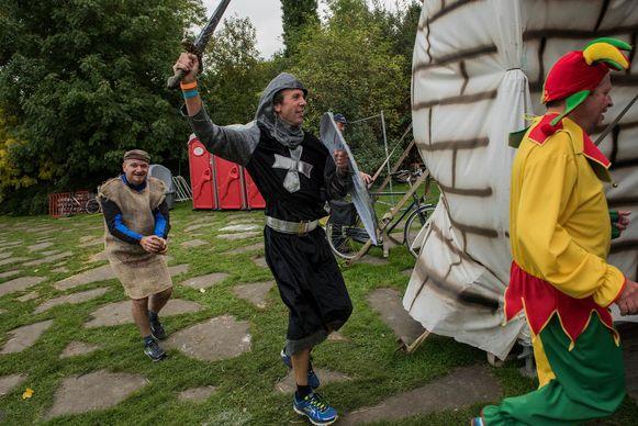 Middeleeuwse figuren met sportschoenen aan? Moet kunnen tijdens de Flemish Beer Run.