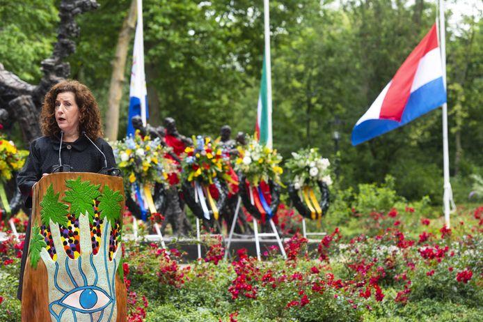 Minister Ingrid van Engelshoven bij het Nationaal Monument Slavernijverleden, tijdens de nationale herdenking van het Nederlands slavernijverleden.