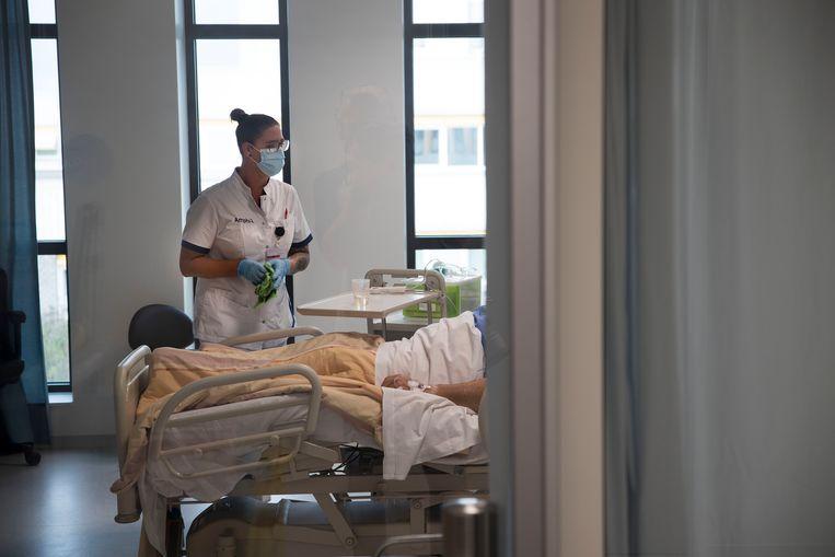 Verpleegkundige bij een coronapatiënt in het Amphia ziekenhuis te Breda. Beeld Arie Kievit