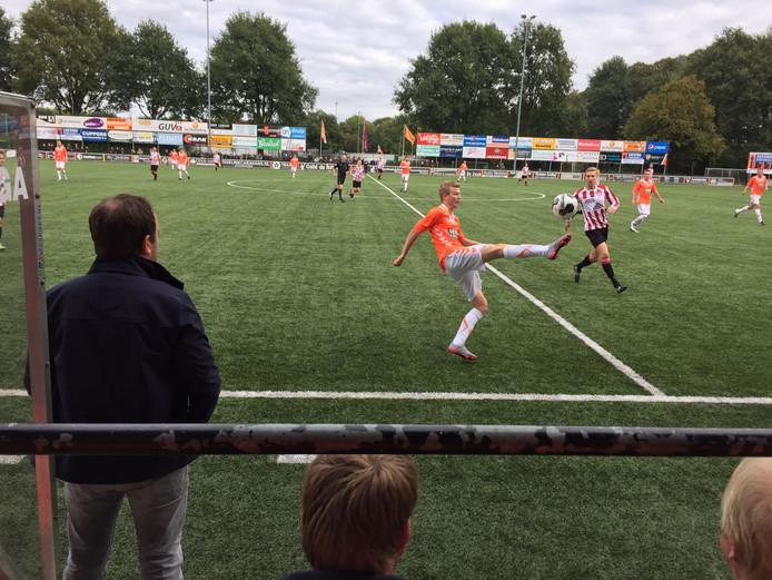 Tom Ikink controleert de bal op z'n Bergkamps voor Longa '30 tegen Rigtersbleek.