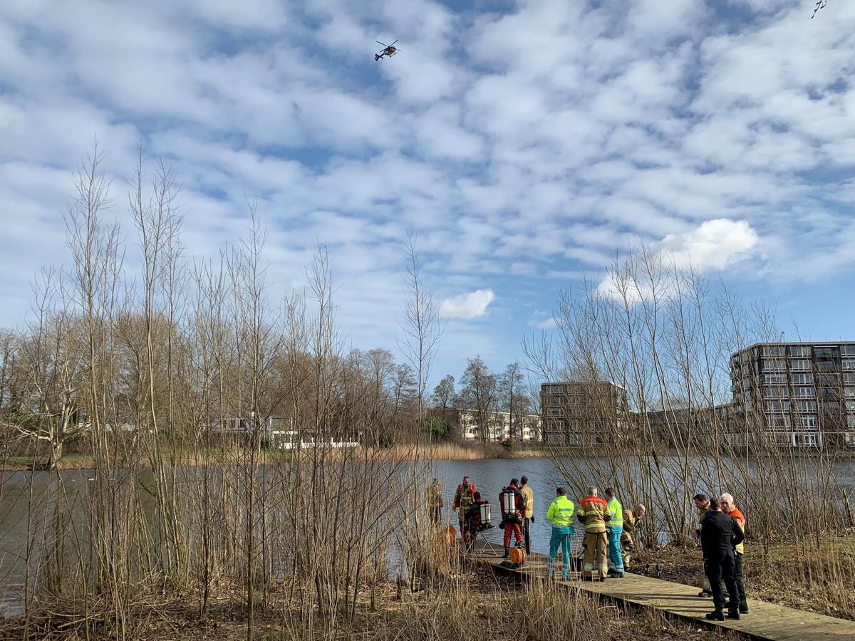 Hulpdiensten zoeken naar een mogelijke drenkeling in Den Bosch.