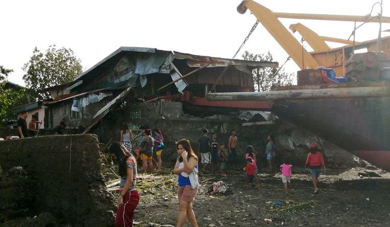 Door de kracht van de tyfoon werd in de stad Ormoc een schip op het land geworpen. Beeld EPA