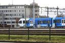 Het arrestatieteam loopt over de sporen rondom station Zwolle.