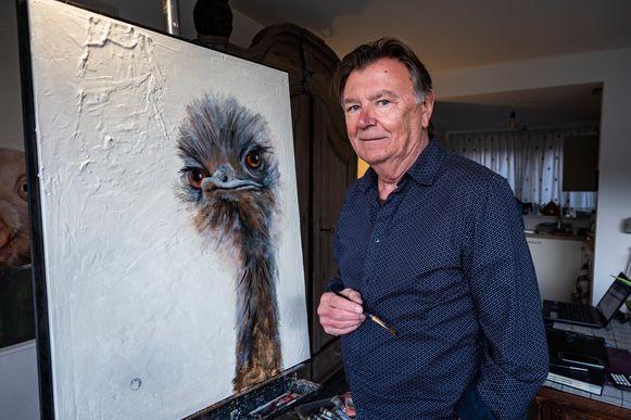 Beroeps-kunstenaar Geert De Meyer stelt met trots zijn schilderij voor.