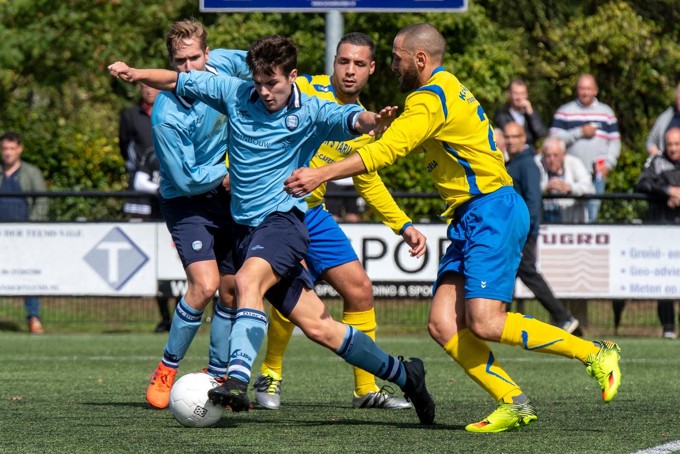 Dieren (blauw shirt), hier in actie tegen SC Veluwezoom, werd opnieuw winnaar van de Rheden Cup.
