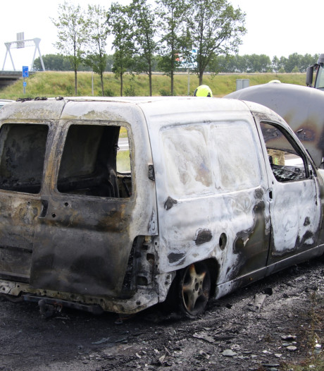 Bestelbusje brandt uit op A58