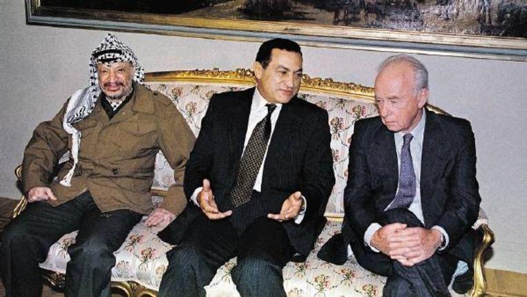 Archiefbeeld uit oktober 1993: PLO-leider Yasser Arafat, Egyptisch president Hosni Moebarak en Jitschak Rabin, destijds premier van Israël, in Caïro. (FOTO AP) Beeld