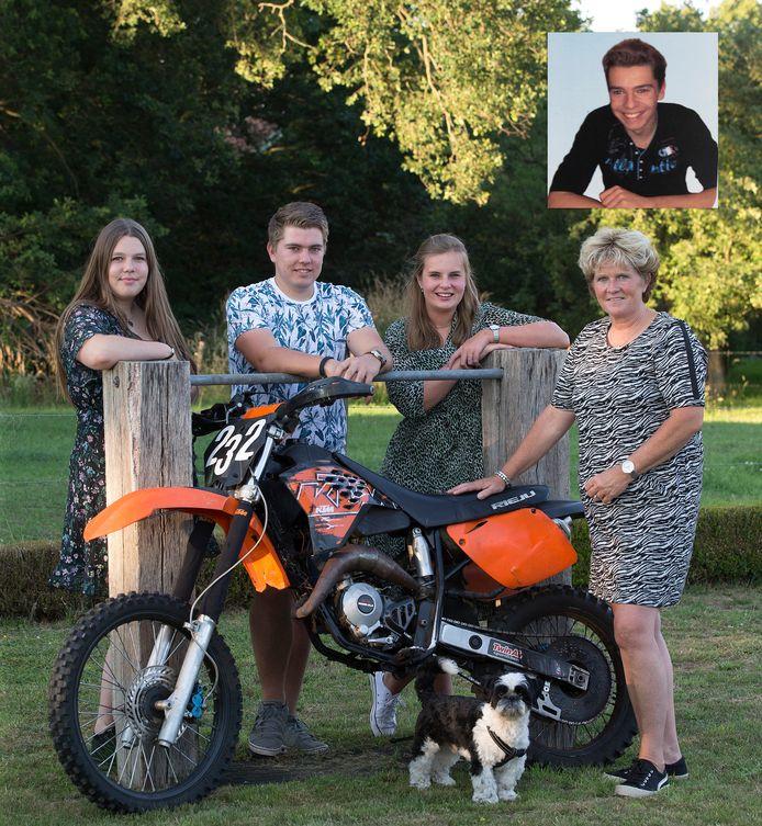 Boets zus Kim, broer Stan en diens vriendin Demi en moeder Ilona (van links naar rechts) met de crossbrommer van Boet (foto inzet).