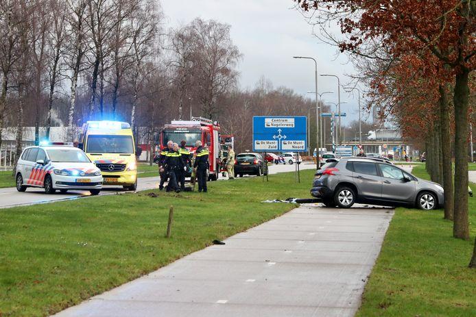 De zwarte en grijze auto kwamen met elkaar in botsing in Emmeloord.
