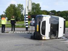 Busje kantelt bij botsing in Serooskerke, bestuurder met schrik vrij