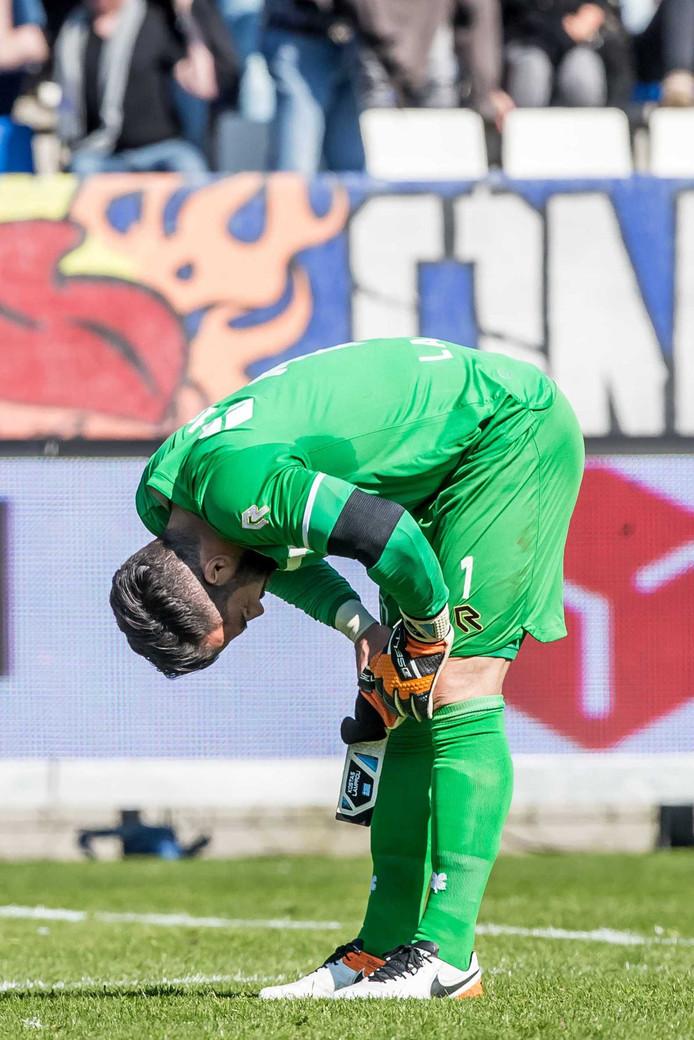 Willem II-doelman Kostas Lamprou baalt van zijn blunder tegen Feyenoord.