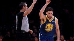 VIDEO. Klay Thompson leidt Warrriors met record voorbij Lakers en ziet ploegmaat Curry hilarische uitschuiver maken