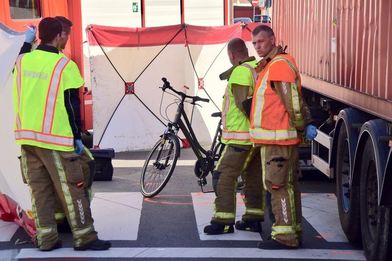 De fiets van het slachtoffer raakte vooral achteraan zwaarbeschadigd.