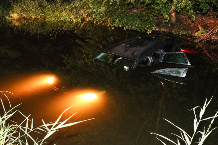 Een auto met daarin drie personen kwam gisteravond in het water terecht.